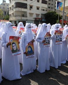 تظاهرة نسائية بالأكفان دعمًا للأسيرات