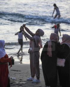 سكان غزة يستمتعون بالبحر بعد انتهاء العيد