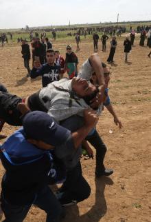 إصابات جراء اعتداء الاحتلال على المشاركين في مسيرة العودة الكبرى
