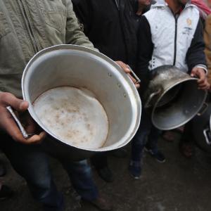 فقراء يدقون طناجر الجوع بغزة رفضًا للتقليصات الأمريكية