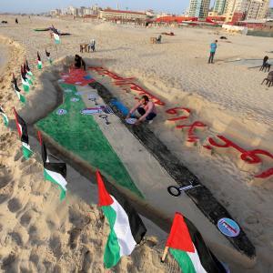 نقوش شاطئية بغزة ضد قرار ضم أجزاء من الضفة