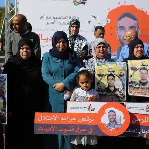 وقفة تضامنية بغزة مع والدة الأسير الشهيد سامي أبو دياك