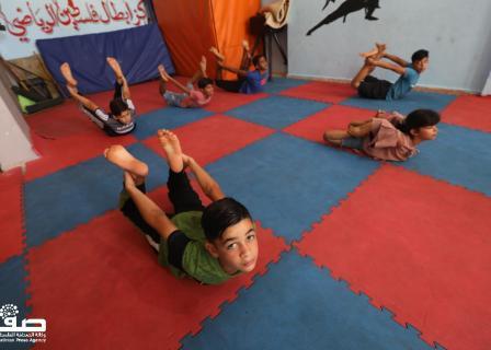 أطفال بغزة يمارسون رياضة اليوغا