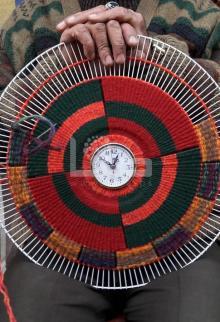 أغطية المراوح وخيوط صوفية تتحول لمطرزات فنية بخان يونس