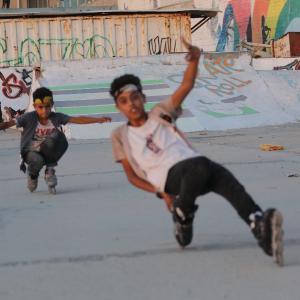 أطفال يمارسون رياضة السكيت في غزة