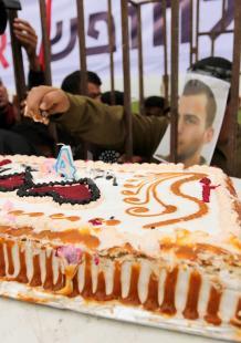 غزة تحتفي بعيد ميلاد الجندي أرون على طريقتها !