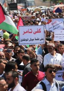 وقفة جماهيرية حاشدة بغزة ضد سياسة أونروا تقليص خدماتها