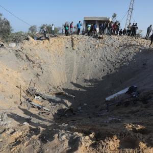 الاحتلال يدمر منزل لعائلة أبو ملحوس (السواركة) بدير البلح