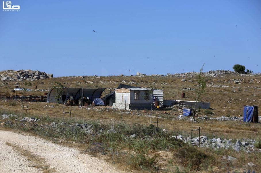 مستوطن يضع كرفانات في  أرض لمواطنين ببلدة عصيرة الشمالية