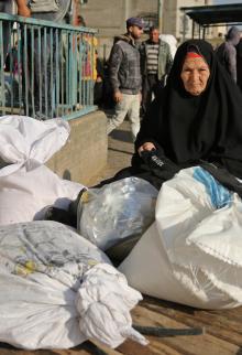 لاجئون يتسلمون مساعدات غذائية من أونروا بخانيونس