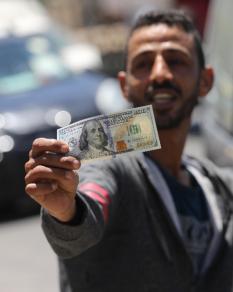 بدء صرف مساعدة مالية قطرية بواقع 100 دولار للأسر الفقيرة بغزة