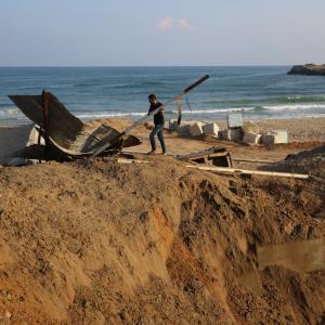 مواطنون يتفقدون آثار قصف بميناء خان يونس