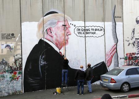 رسم ساخر من الرئيس الأمريكي على جدار الفصل ببيت لحم