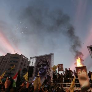 حركة فتح توقد شعلتها الـ 54 بغزة