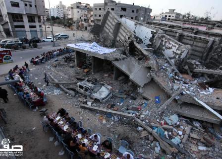 إفطار بين الركام في غزة