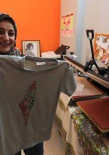 مصممة تتقن تجهيز الرسومات بمنزلها في غزة