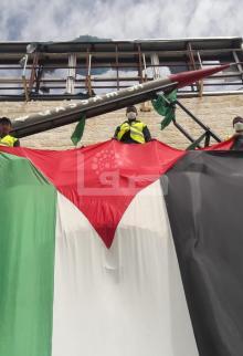 حماس برفح ترفع علمًا طوله 18 مترًا على ميدان الشهداء