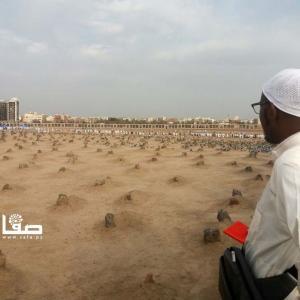 حجاج يزورون مقبرة البقيع في المدينة المنورة