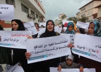 مسيرة للنازحين بغزة.. نجونا من القذائف ومتنا من البرد
