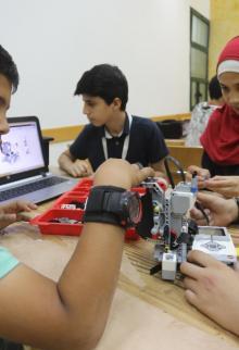 أطفال يتلقون دورة تقنية في تركيب الروبوت بمركز القطان