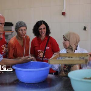 طهاة إيطاليون وفلسطينيون يعدون الطعام بغزة