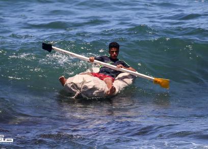 شبان يجدفون بقوارب صغيرة ببحر غزة