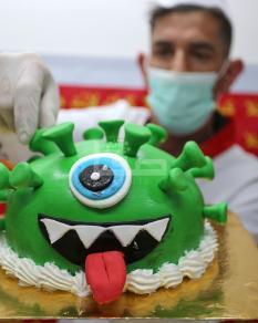 معمل لقوالب الحلوى ينقش صور فيروس الجائحة العالمية