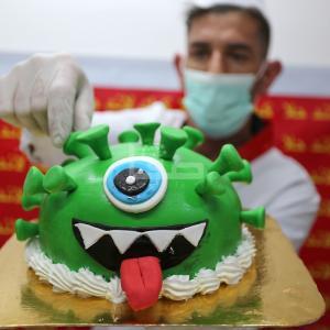 معمل لقوالب الحلوى ينقش صور الجائحة العالمية