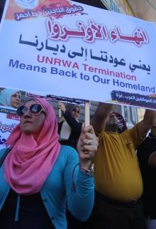 مسيرة حاشدة لموظفي أونروا رفضا واستنكارا لسياسة الوكالة