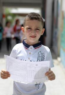 تلاميذ بغزة يتسلمون شهاداتهم الدراسية