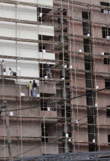 أعمال بناء وتشطيب لبنايات في مدينة غزة