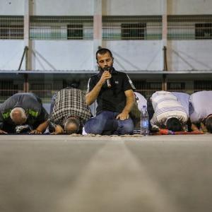 مواطنون يُحيون ليلة القدر في بلدة يعبد