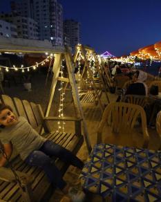 الحياة على كورنيش غزة ليلا