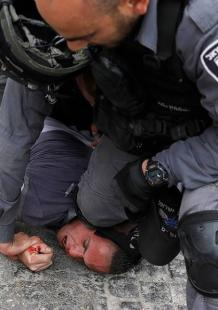 اعتداء الاحتلال على الفلسطينيين بعد إغلاقه المسجد الأقصى بالكامل