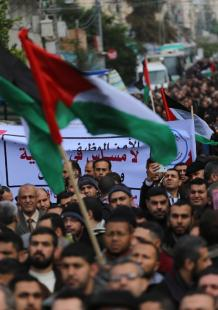 تظاهرة حاشدة لموظفي غزة للمطالبة بصرف رواتبهم