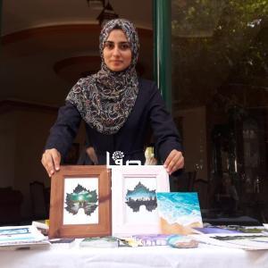 الفنانة الشابة لين الحاج تتقن فنّ الرسم على ورق العنب
