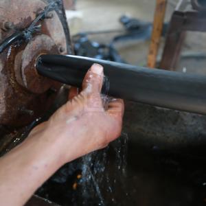 تدوير نفايات بلاستيكية لصناعة خراطيم ري بغزة