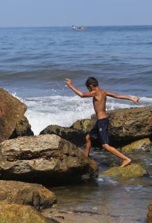 أطفال يسبحون في بحر غزة الملوث