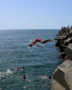 الهروب إلى البحر لإطفاء حرارة الأجواء