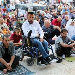 مواطنون يُصلّون العيد بساحة كنيسة المهد ببيت لحم