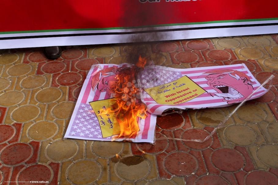 حزب الشعب يحرق صور ترمب في رفح