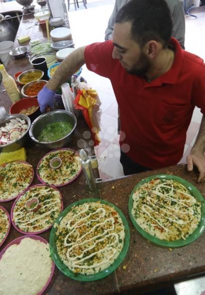الحمص والفلافل.. أشهر الأكلات الشعبية في غزة
