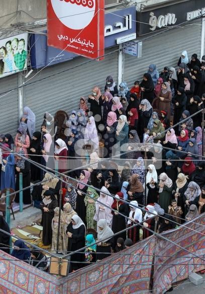 مواطنون يؤدون صلاة العيد في غزة