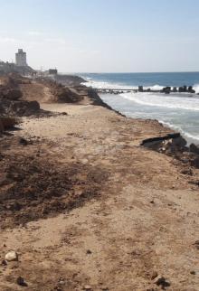 مدّ مياه البحر يهدد شاطئ رفح