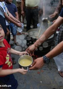 مواطن يوزع إفطارًا رمضانيًا