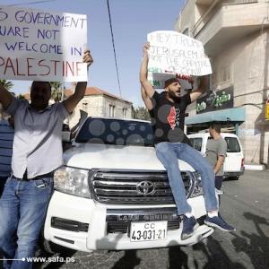 متظاهرون ضد زيارة بعثة دبلوماسية من السفارة الأمريكية لبيت جالا