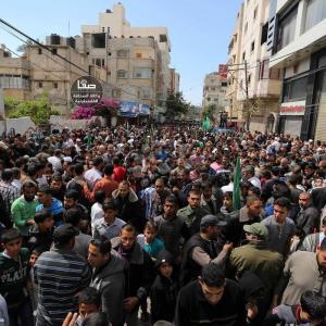 آلاف من أنصار حماس بخانيونس يتظاهرون ضد المؤامرة والحصار