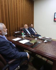 هنية وقادة حماس من غزة يتابعون توقيع اتفاق المصالحة