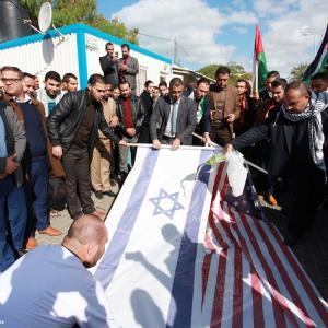 إحراق العلمين الأمريكي والإسرائيلي رفضًا لقرار ترامب