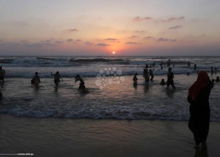 الهروب إلى البحر الحل الأمثل لتبريد الأجساد